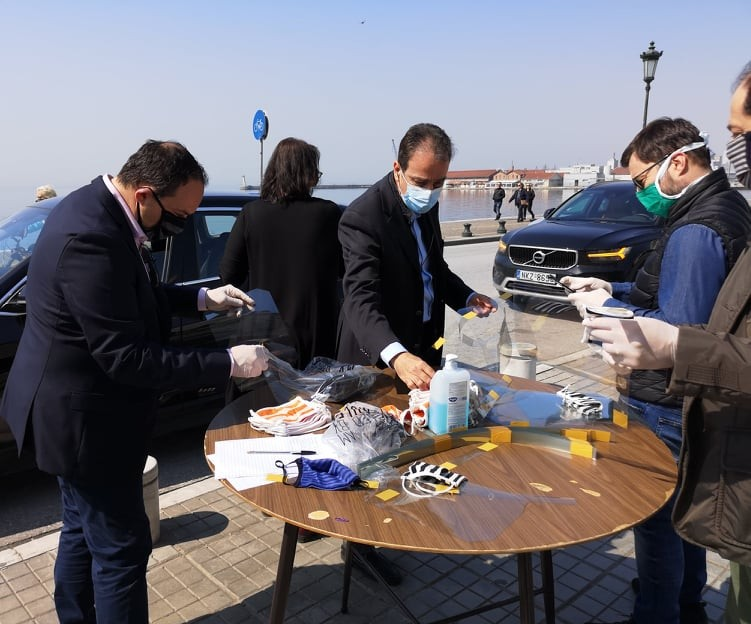 Χιλιάδες μάσκες και ασπίδες προστασίας μοιράζει ο Ιατρικός Σύλλογος Θεσσαλονίκης . Οι γιατροί- μέλη του Συλλόγου τις προμηθεύονται από την πλατεία Αριστοτέλους